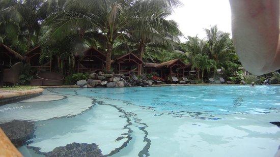 Seabreeze Resort: Pool side looking towards the rooms