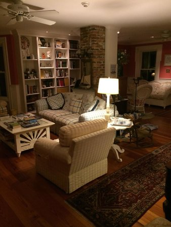 The Harbour Cottage Inn: Living Room