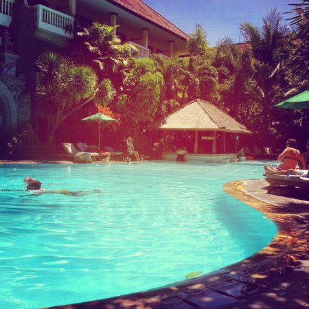 Hotel Kumala Pantai: Smaller pool with swim-up bar