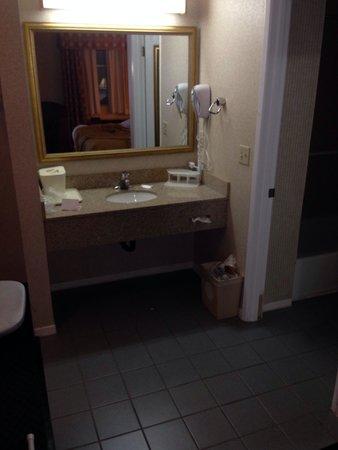 Quality Inn Hollywood: El lavabo con todo lo necesario