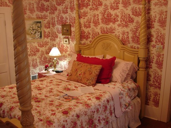 MoonStruck Manor Bed and Breakfast: Ruby Bedroom