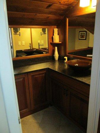 Gallows Point Resort: Upstairs half bath