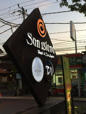 Sun Island Hotel & Spa Legian: Street Front from Hotel Bar lots of fun