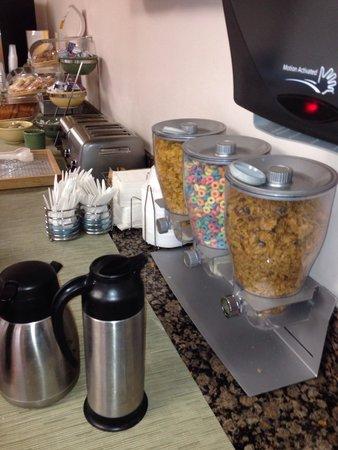 Quality Inn Near Hollywood Walk of Fame: Cereal y pan para iniciar el día