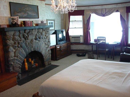 3 Royal Waterfront Suites : Downstairs King Bedroom
