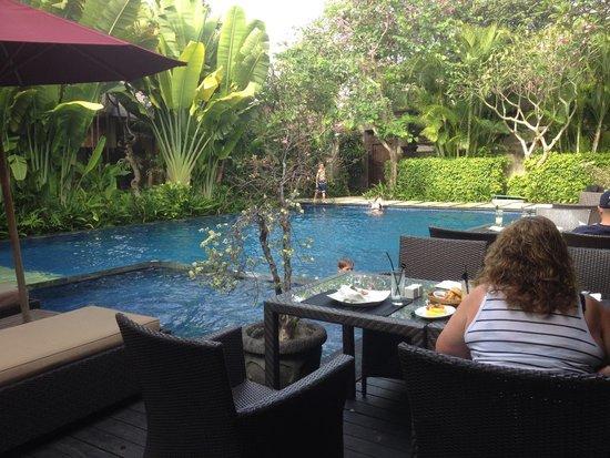 Kamuela Villas and Suite Sanur: Breakfast by the pool