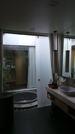 Chaweng Regent Beach Resort: Bathroom & spa area