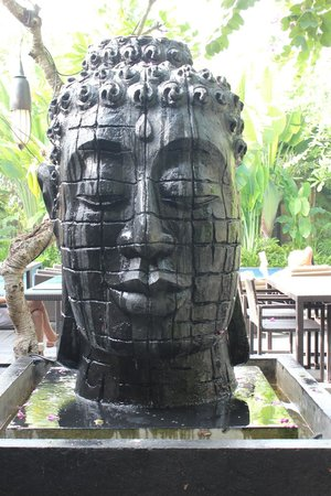 Kamuela Villas and Suite Sanur: Giant budda at entrance of restaurant/pool