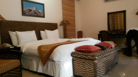 Al Nahda Resort & Spa : King size bed. Most comfortable bed I have ever slept on in any hotel.