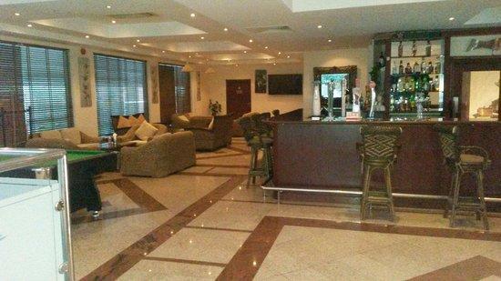 Al Nahda Resort & Spa : Bar above restaurant.  Nice staff.