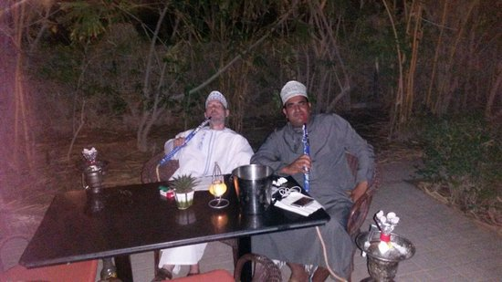 Al Nahda Resort & Spa : Having a smoke with the locals