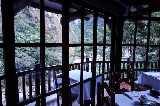 Inkaterra Machu Picchu Pueblo Hotel: dinning room over the river and across a gorge