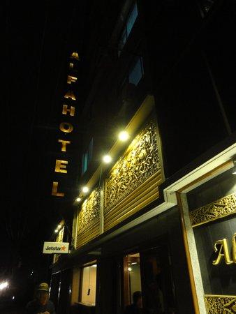 Alfa Hotel: 夜のエントランス