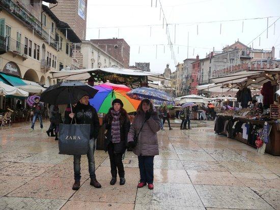 Via Mazzini: Piazza delle Erbe