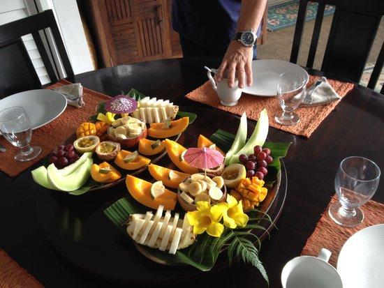 Orchid Tree Bed and Breakfast : Piattone di frutta esotica