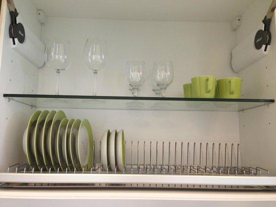 Tanawin Resort and Luxury Apartments : Посуда в номере
