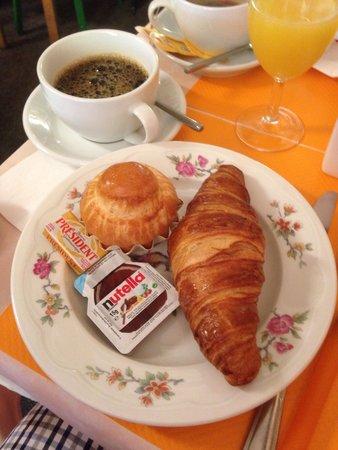 Hotel de La Cloche : Classic French breakfast