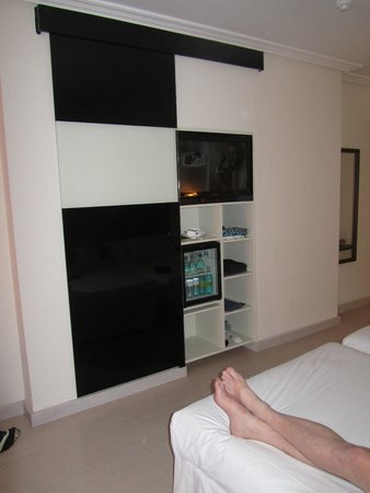 fernseher und k hlschrank hinter schiebet r bild von h10 costa adeje palace costa adeje. Black Bedroom Furniture Sets. Home Design Ideas