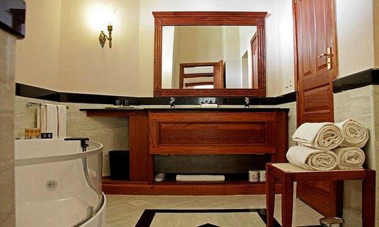 Ocean Beach Resort & Spa: bathroom