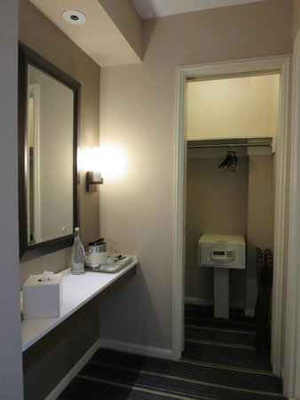 Fairmont Chicago Millennium Park: Extra counter and mirror outside bathroom