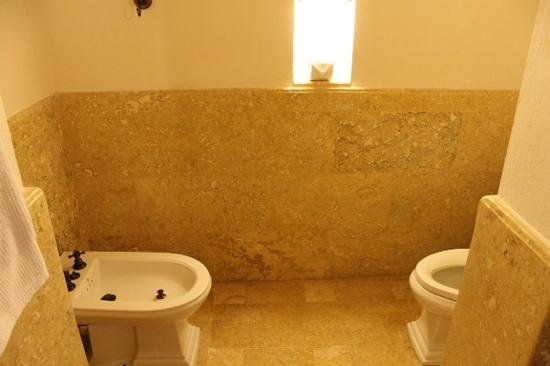 Hotel Casa San Agustin : bidet and toilet