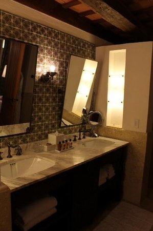 Hotel Casa San Agustin : vanity with 2 sinks