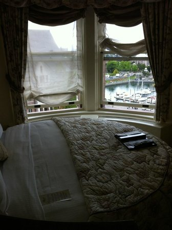 The Fairmont Empress : Room 734 bed
