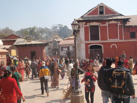 Temple de Pashupatinath : Crowd outside - watch your bag, our guide was very nervous