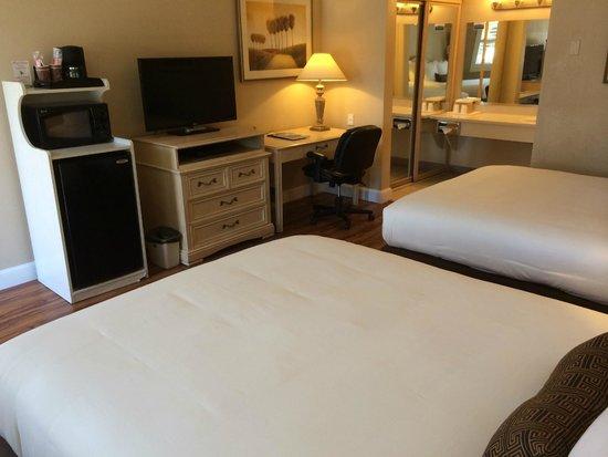 Pacific Inn Monterey: Guest Room 2 Queen Beds