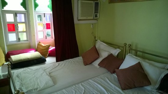 Anjani Hotel: Decent enough rooms, but dirty linen