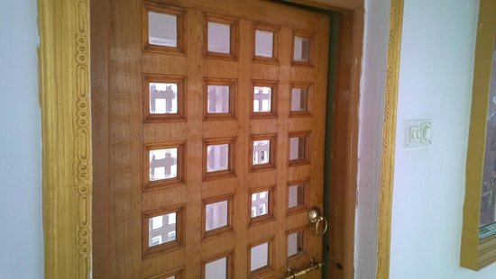 Anjani Hotel: Doors with mirrors embedded