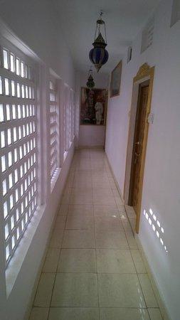 Anjani Hotel: Narrow Corridors