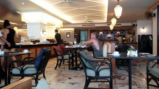 Sawaddi Patong Resort & Spa: buffet in the morning