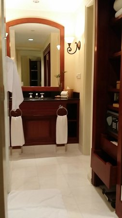 Park Hyatt Saigon: The Bathroom