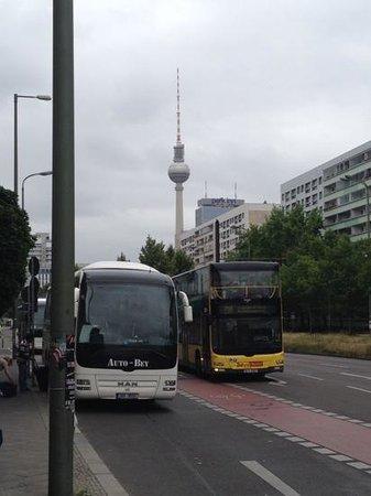 Leonardo Royal Hotel Berlin Alexanderplatz: Hotellet ligger mycket nära Alexanderplatz.