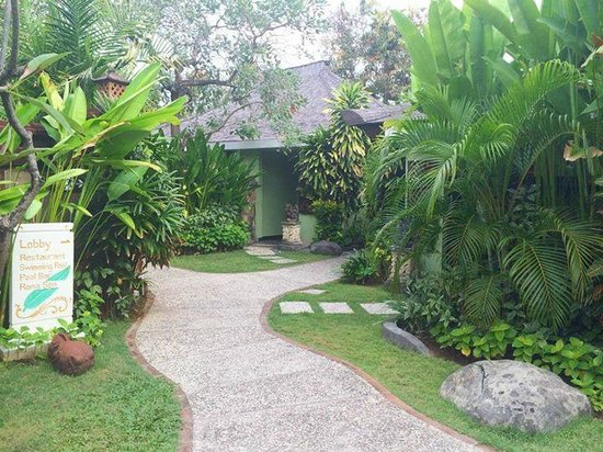 Rama Beach Resort and Villas : Quaint and lush green walkway to hotel rooms