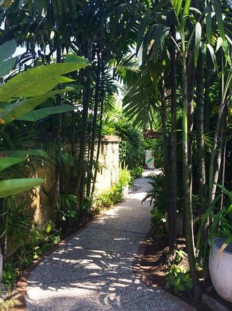 Rama Beach Resort and Villas: Quaint walkway to rooms
