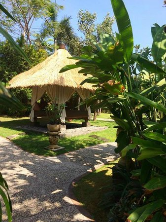 Rama Beach Resort and Villas: Quaint and lush green walkway to hotel rooms