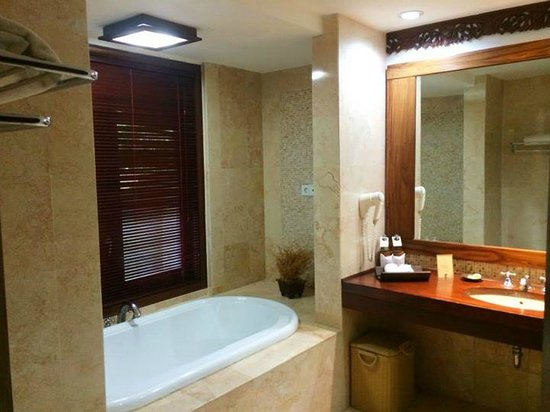 Rama Beach Resort and Villas : Bathroom {Garden Villa}