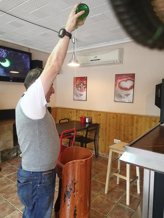 Hotel Rural Cuartamenteru: Helpful local man showing us how to pour Sidra