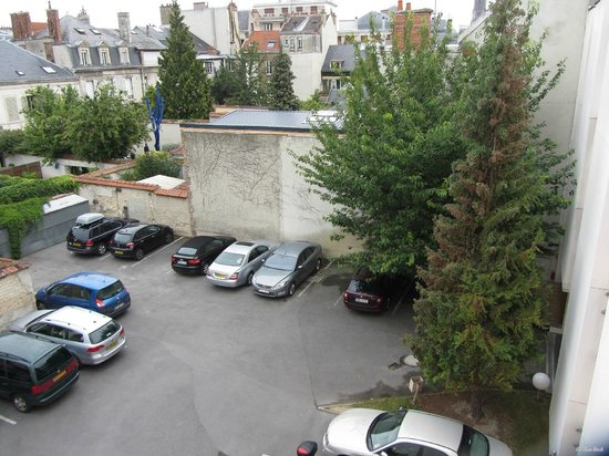 Ibis Styles Reims Centre Cathédrale : The private parking backyard