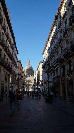 Calle Alfonso I: вид на базилику