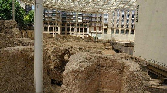 Museo del Teatro Romano de Caesaraugusta: фото из-за забора