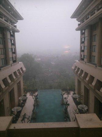 Hotel Tentrem Yogyakarta: pool view