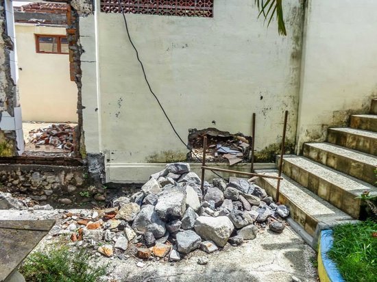 Melka Excelsior Resort Hotel : crumbling walls around the hotel grounds