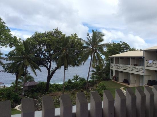 Scenic Matavai Resort Niue: believe it or not the rooms on the right are the garden rooms, so close to the water and partial