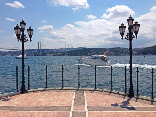 Ciragan Palace Kempinski Istanbul: Вид на Босфор