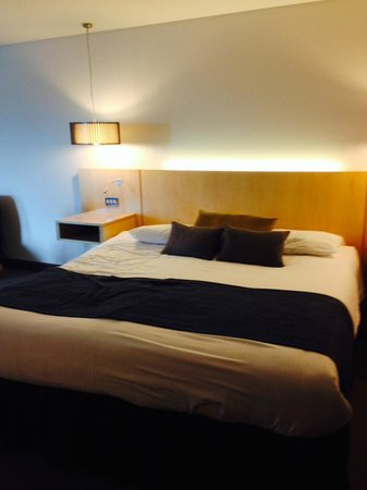 Millennium Madejski Hotel Reading: One of the 2 Queen Size beds in the room