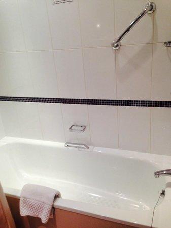 Millennium Madejski Hotel Reading: Great size bath with shower