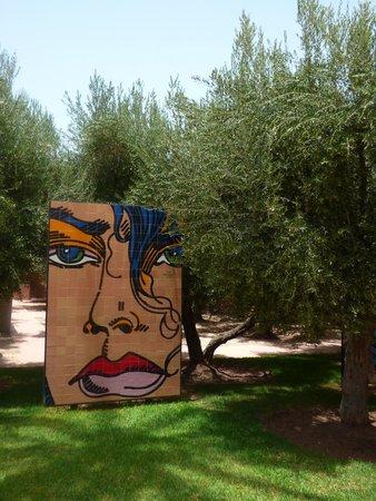 Hôtel Dar Sabra Marrakech : Dans le parc de l'hôtel, palmiers et oeuvres se côtoient avec brio